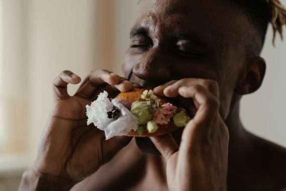 sipsarit vegeburgeri jota mies on syömässä